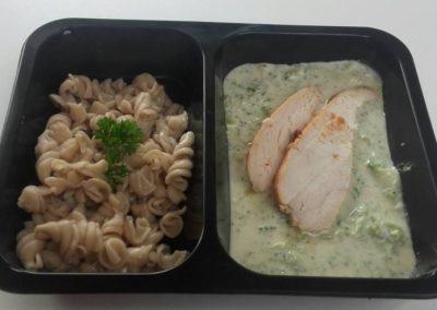kuřecí_kousky_s_brokolicí_v_mozzarellové_omáčce_těstoviny